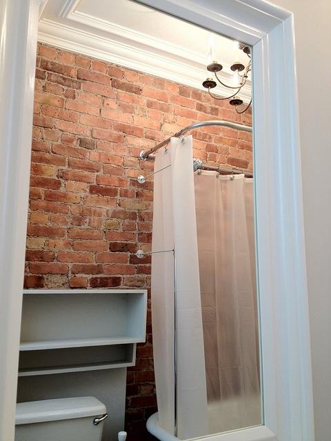 Phòng tắm dịu dàng với tường gạch (9)
