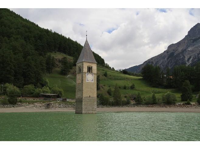 Tháp chuông quyến rũ giữa hồ nước Ý 1