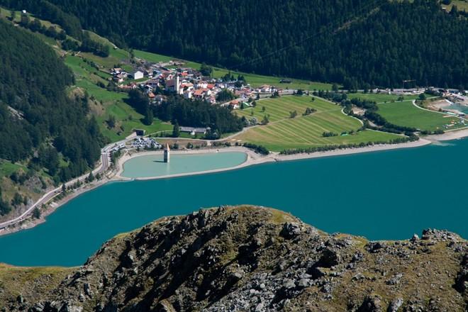 Tháp chuông quyến rũ giữa hồ nước Ý 2