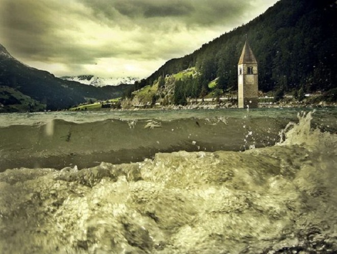 Tháp chuông quyến rũ giữa hồ nước Ý 4