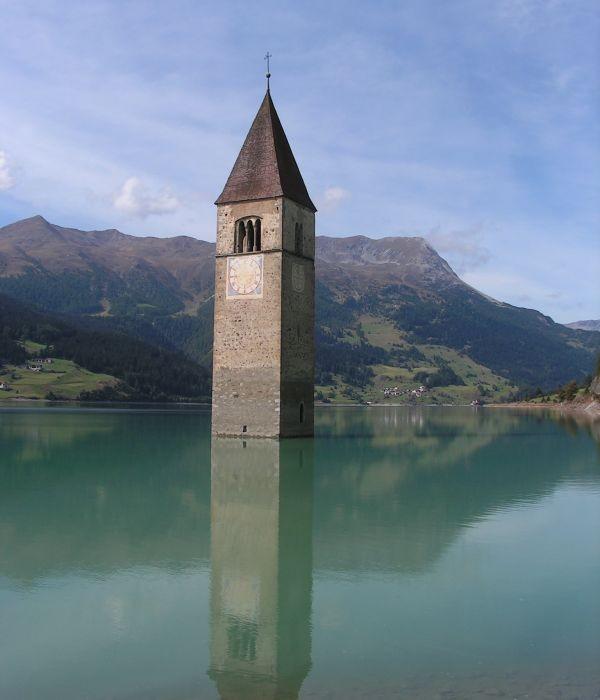 Tháp chuông quyến rũ giữa hồ nước Ý 5