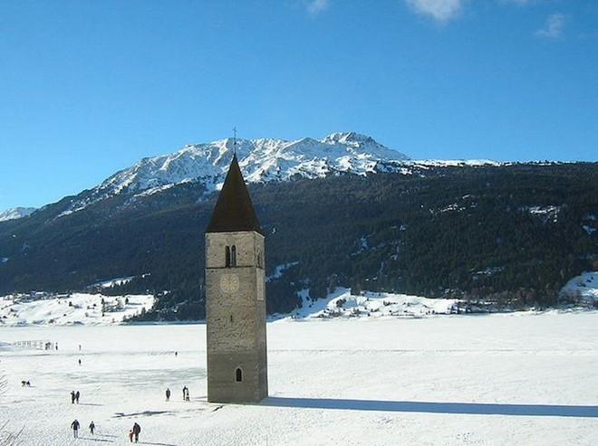 Tháp chuông quyến rũ giữa hồ nước Ý 7