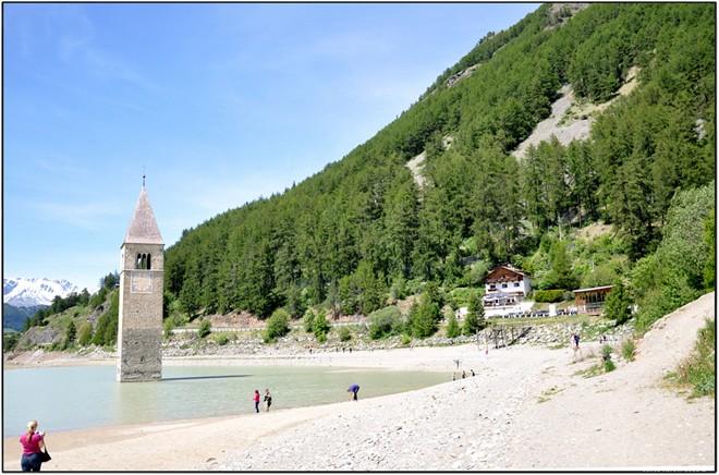 Tháp chuông quyến rũ giữa hồ nước Ý 8